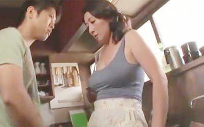 榊みほ》五十路爆乳でノーブラ乳首ポッチな未亡人母親が息子のオスの匂いに発情して近親相関で中出しw